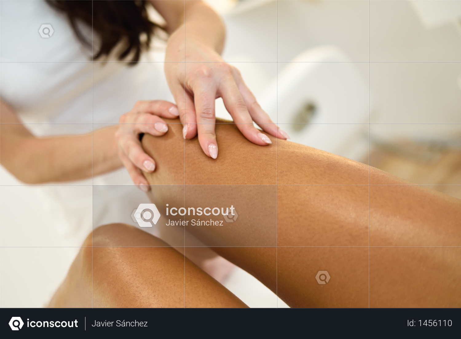 Beauty massage in the leg in a beauty salon. Beautician giving a massage with oil on the skin. Photo