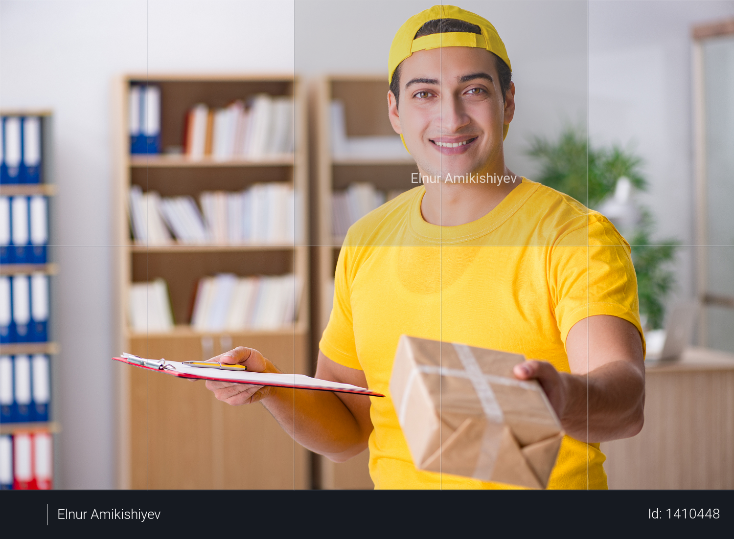 Delivery man delivering parcel box Photo