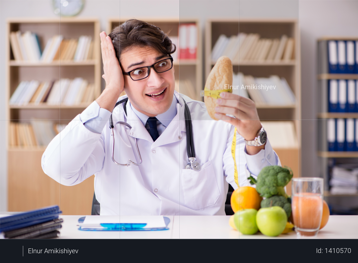 Doctor in dieting concept with fruits and vegetables Photo