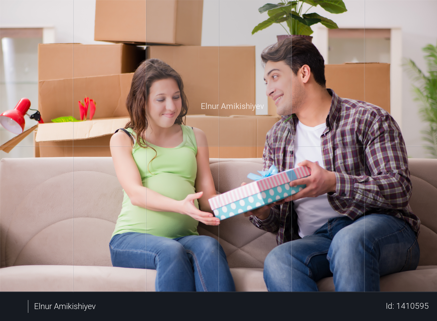 Young couple of man and pregnant wife with giftbox Photo